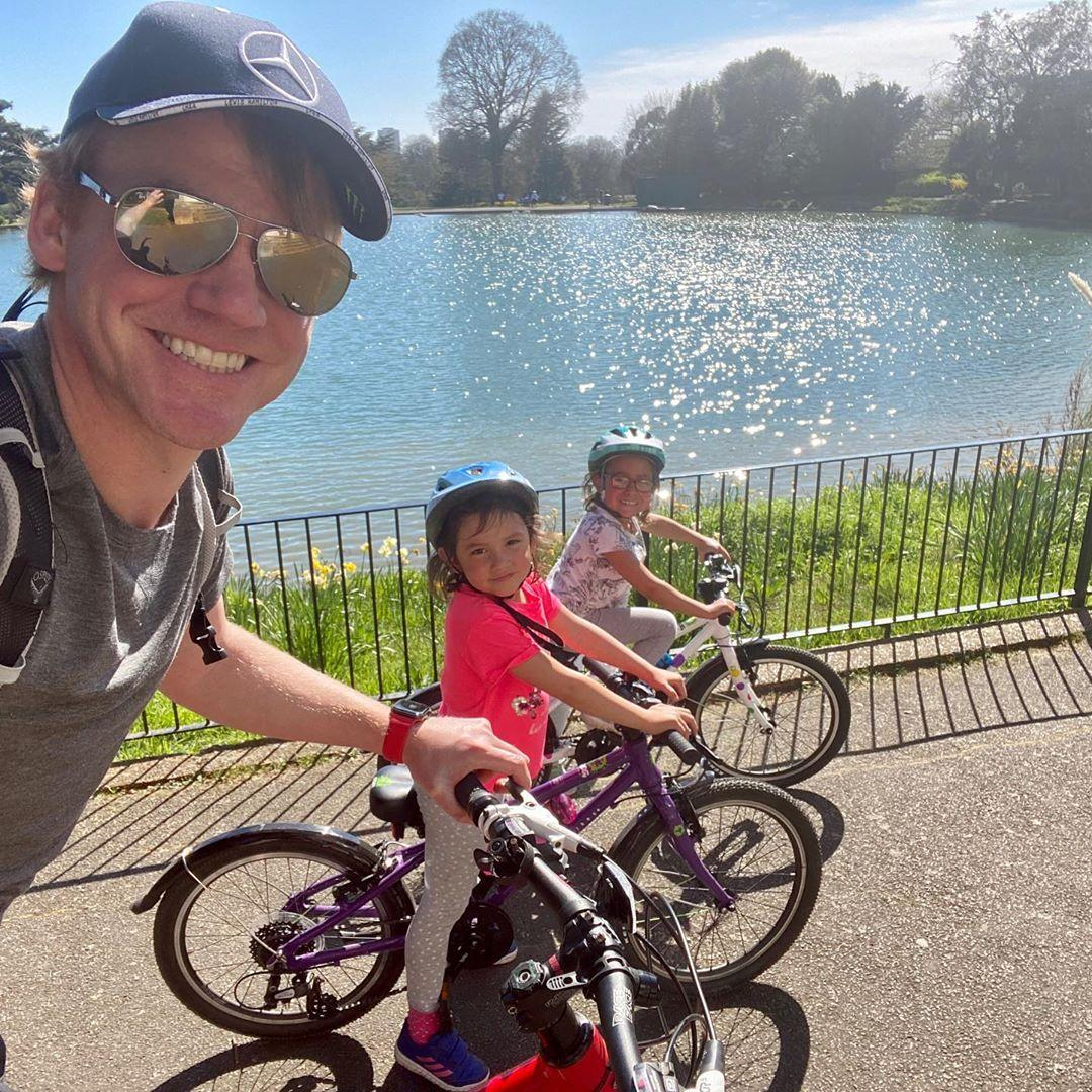Dad taking picture of himself and 2 daughters cycling along the thames path in the sunshine taken by Instagram @barrystaines