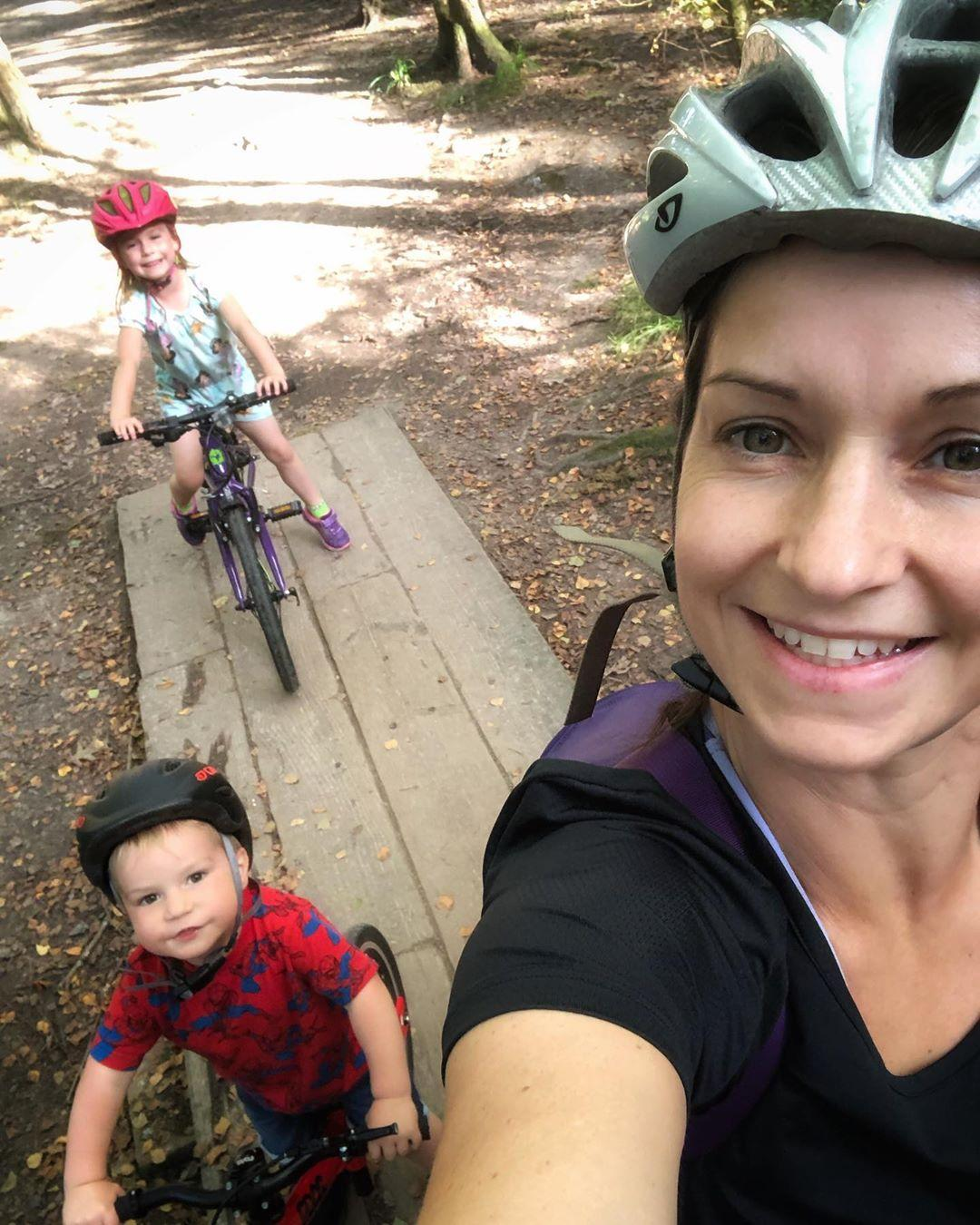family selfie of a mum and her 2 children on their bikes behind her instagram handle fitmummyhappymummy