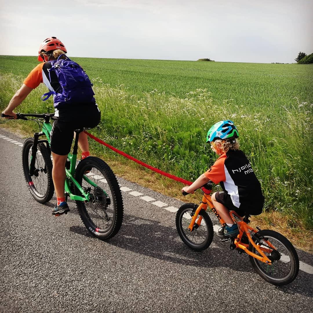 father and son cycling with the sons bike attached using a TowWhee rope taken by Instagram account @kristianskjodt