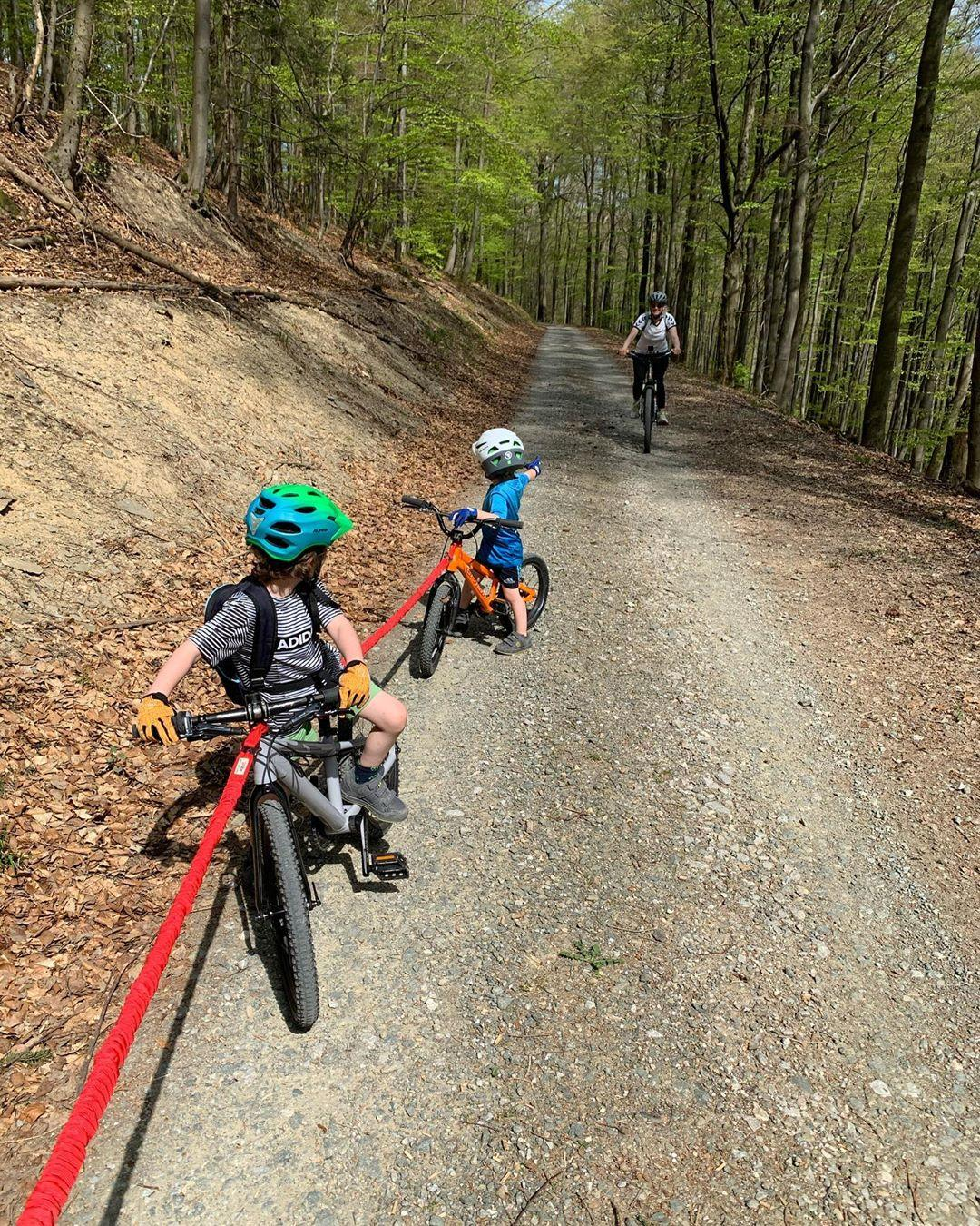 2 children attached to their dads bike using a towwhee bungee device taken by instagram @florianwiemeyer